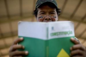 131004-131004-Índio-com-a-constituição-do-brasil-nas-mãos
